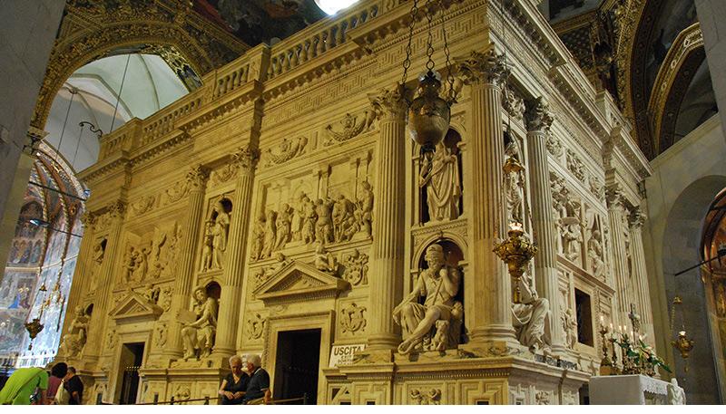 """Loreto: la Basílica de la Casa Santa es """"el primer santuario de importancia internacional dedicado a la Virgen y el verdadero centro mariano de la cristiandad"""" (Juan Pablo II). El Santuario de Loreto conserva la casa de Nazaret de Nuestra Señora y contiene también una pequeña estatua negra de la Virgen y el Niño, llamada """"Madonna Nera""""."""