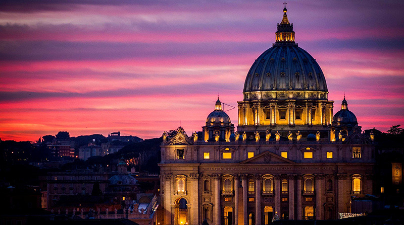 Rome: the Basilica of St. Peter, dedicated to the first Pope, Is the most renowned work of Renaissance architecture and one of the largest churches in the world and receives in a unique place both thousands of faithful both art lovers. Is regarded as one of the holiest Catholic shrines in the world.